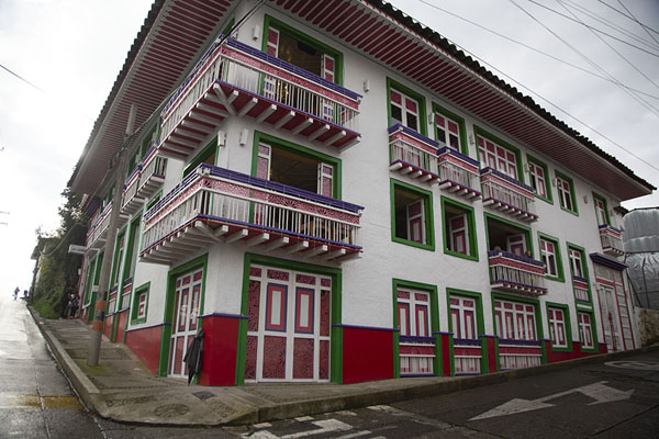 Foto di One of the brightly painted houses of FilandiaFilandia - Colombia