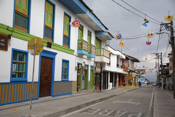 Foto de Decorations hanging over one of the streets of Filandia - Colombia - América