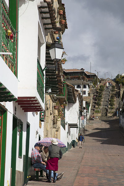 Northern side of the central square with street leading uphill | Monguí | 哥伦比亚