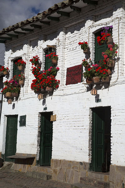 White house with flowers in the windows | Monguí | 哥伦比亚