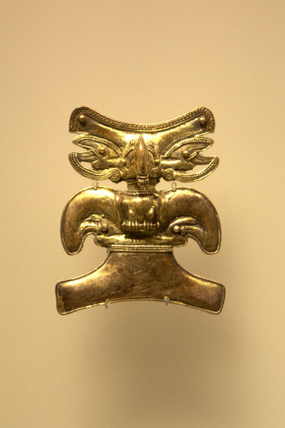 Close-up of one of the finely decorated golden objects - 哥伦比亚