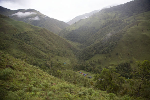 The mountain landscape near Marquetalia with the camp below | Vredesweg naar Marquetalia | Colombia