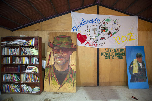 Inside a small library in El Oso, with books, posters, and slogans | Chemin de paix vers Marquetalia | Colombie
