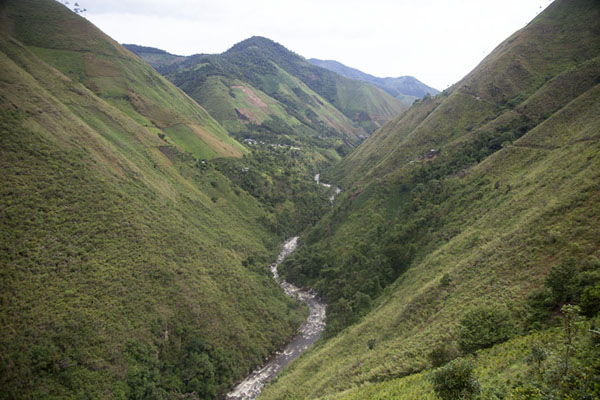 River cutting through the landscape of Tolima on the northeast of the Nevado del Huila | Chemin de paix vers Marquetalia | Colombie