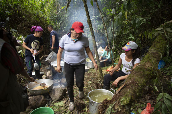 Local women cooking a typical Colombian lunch on the way to Marquetalia | Vredesweg naar Marquetalia | Colombia