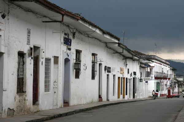 Foto van Street of Popayán under a dark skyPopayán - Colombia