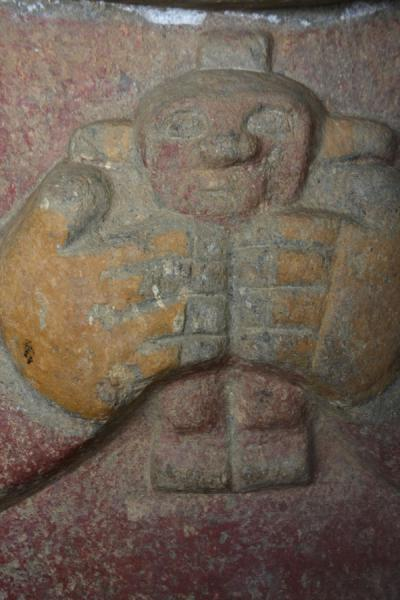Picture of El Purutal: close-up of one of the very few coloured statues