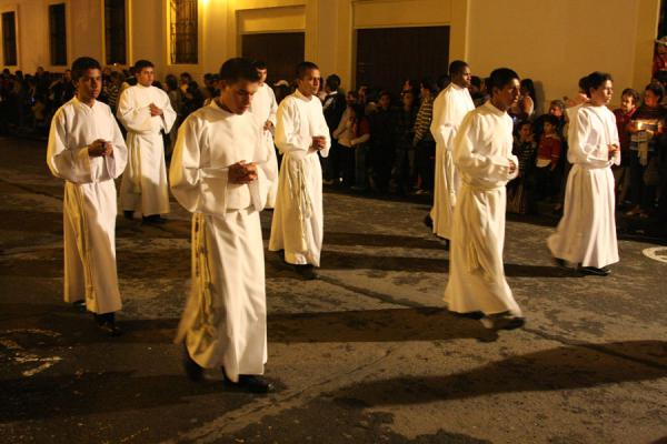 Picture of Men dressed up in white in the Semana Santa procession
