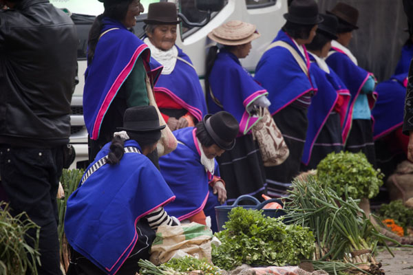 Foto van Line of Guambiano women at the market of SilviaSilvia - Colombia