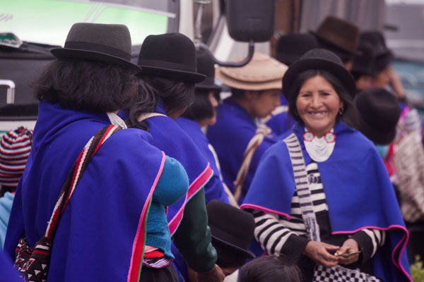 Foto de Blue ponchos and bowler hats are the typical attire for Guambiano womenSilvia - Colombia