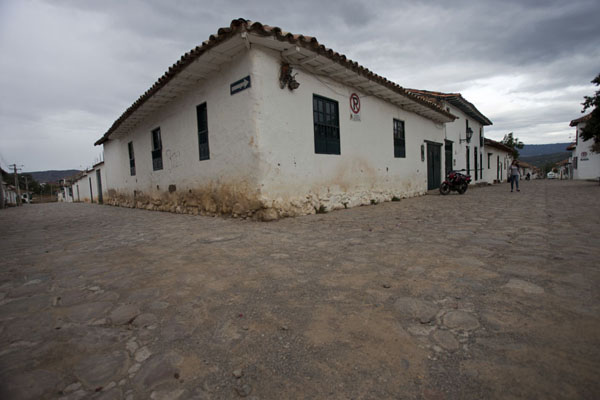 Foto van Cobble stone streets at a corner in the historic town of Villa de Leyva - Colombia - Amerika