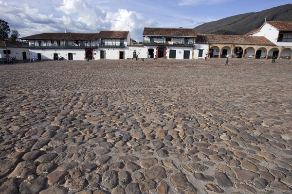 Foto van Looking east at the main square, or Plaza Mayor, of Villa de LeyvaVilla de Leyva - Colombia