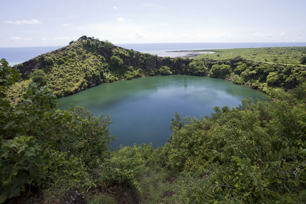 Foto di Comore (Lac Salé seen from the crater rim with the Indian Ocean in the background)