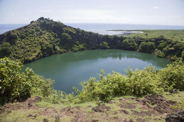 View of the volcanic lake from the roadside | Lac Salé | Comoras