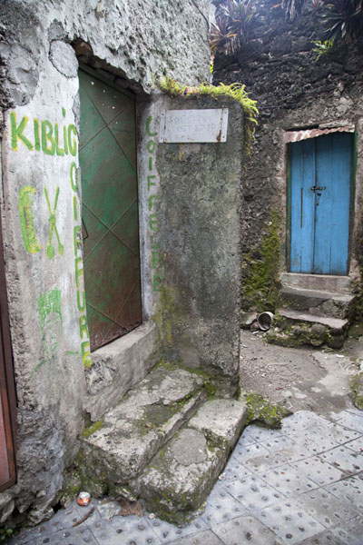 Photo de House and door in one of the many alleys of Moroni - Comores - Afrique