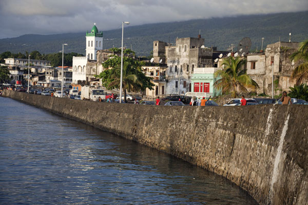 The main quay of Moroni with mosque and old buildings | Vielle ville de Moroni | Comores