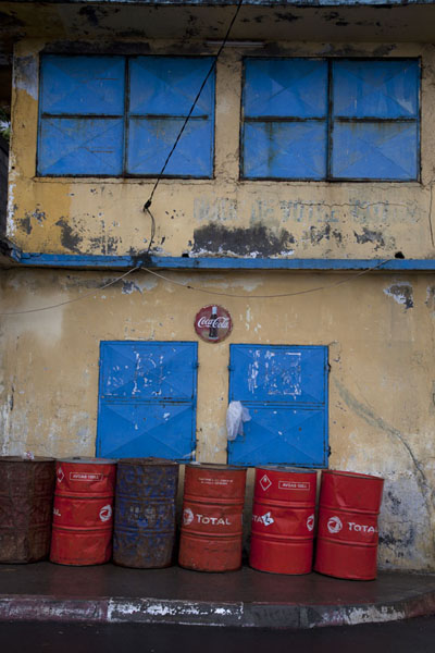 Blue windows, red drums and a yellow wall | Mutsamudu medina | Comores