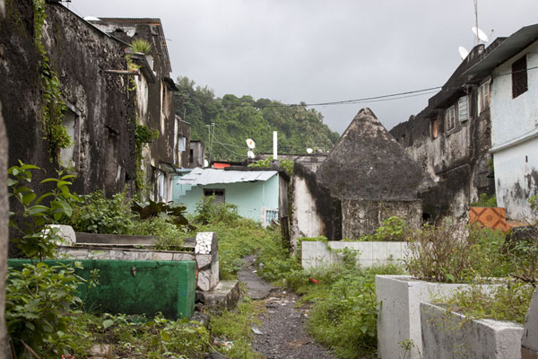 Picture of Mutsamudu medina (Comoros): Cemetery between the old houses of the medina of Mutsamudu