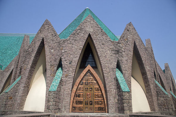Foto van Congo-Brazzaville (Looking up the pointed windows and doors of Saint Annes basilica)