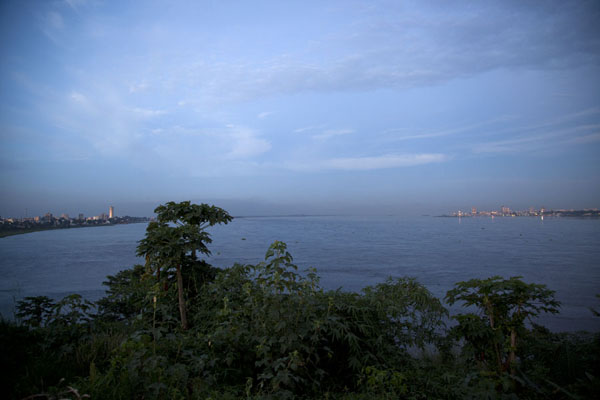 The enormous river Congo separating Brazzaville (left), and Kinshasa - 刚果