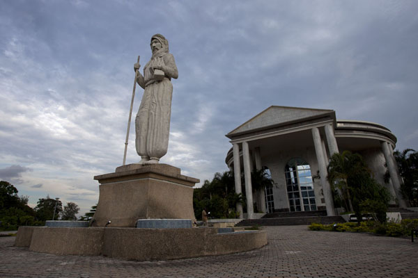 Foto van Congo-Brazzaville (Statue of Pierre Savorgnan de Brazza in front of the memorial building)