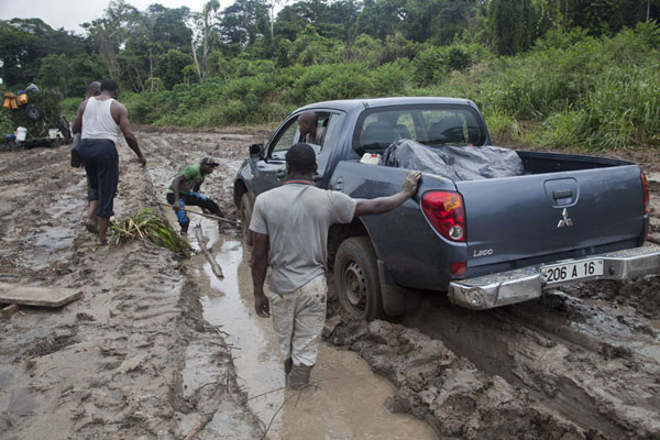 The car of the Chef of Immigration was seriously stuck in the deep mud here | Cruce de frontera de Vaga | República del Congo