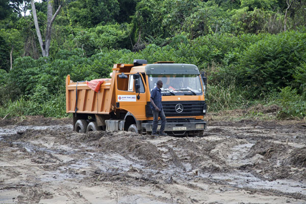 This truck got stuck, too, after it helped to pull out a 4WD | Cruce de frontera de Vaga | República del Congo