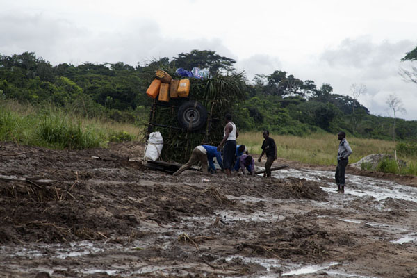 Another overloaded 4WD in trouble: seriously stuck in the mud | Vaga border crossing | Congo
