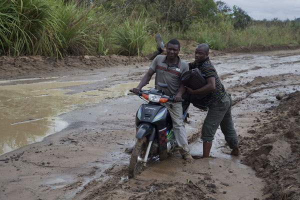 Deep in the mud: working their way through the mud on the track to Boundji | Vaga border crossing | 刚果