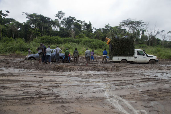 One 4WD trying to pull the other out - it failed | Cruce de frontera de Vaga | República del Congo