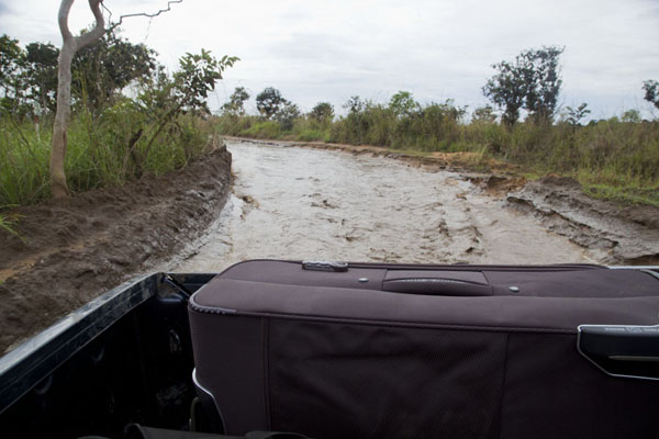 Driving through deep water on the road | Cruce de frontera de Vaga | República del Congo