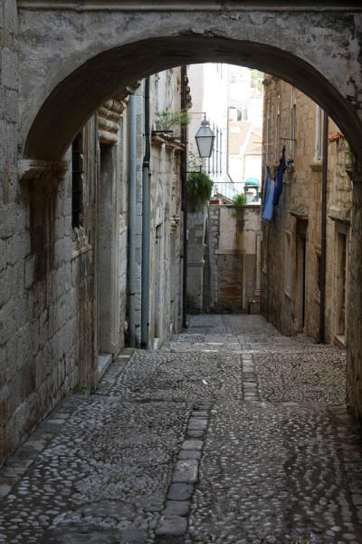 Arch over one of the cobble stone streets in Dubrovnik | Dubrovnik | Kroatië