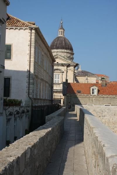 City wall that runs all around the old town of Dubrovnik | Dubrovnik | Croatia