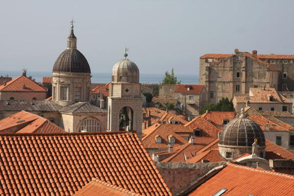 克罗埃西雅 (Churches and roofs with red tiles characteristic for Dubrovnik)