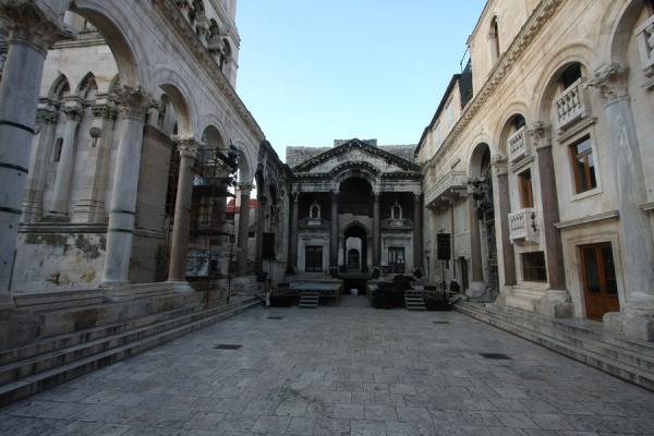Foto di Colonnaded street of the Peristil with the mausoleum-turned-cathedral on the left - Croazia - Europa