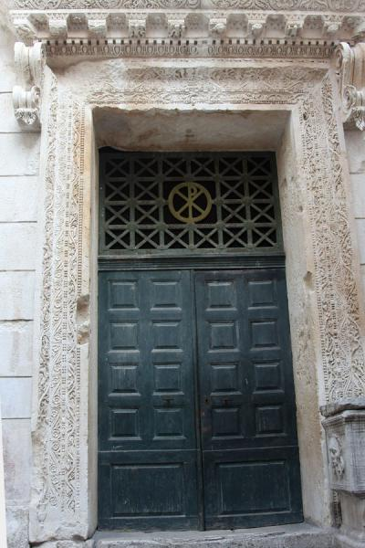 Door in the Temple of Jupiter, turned into a baptistery | Palazzo di Diocleziano | Croazia