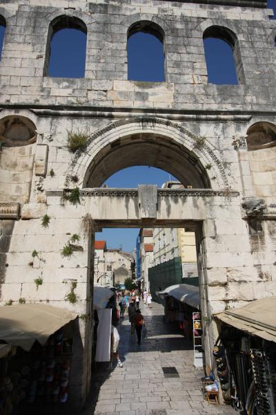 East Palace Gate gives direct access to the market | Paleis van Diocletianus | Kroatië