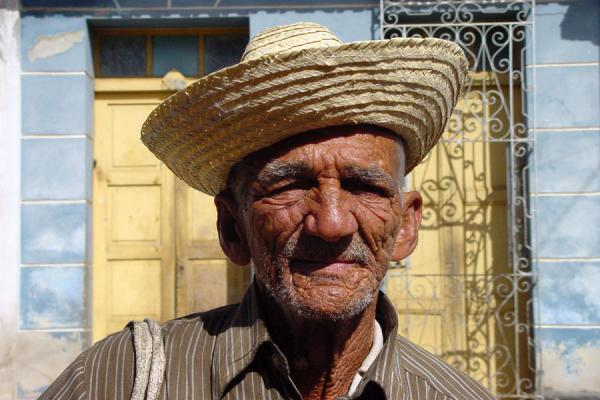 Foto de Old man in the streetCubanos - Cuba