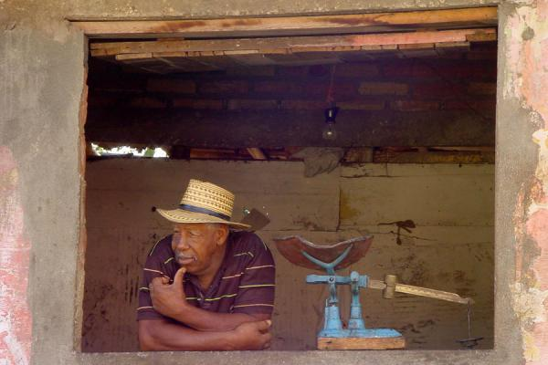 Picture of Cuban people (Cuba): Man at market stall