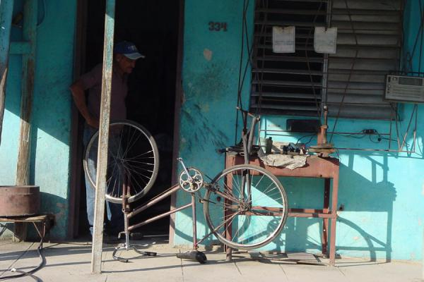 Foto de Bicycle repair shopVida callejera cubana - Cuba