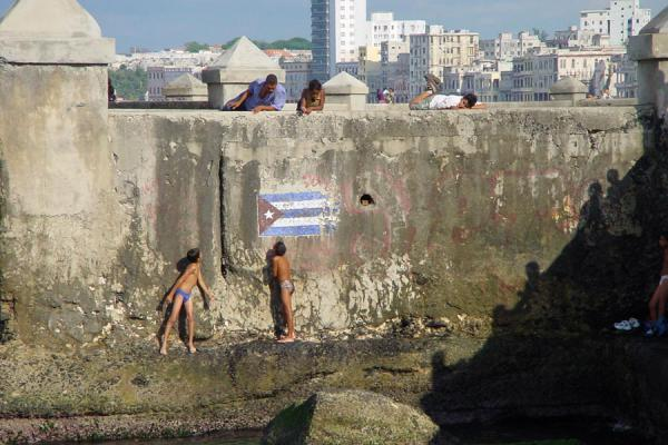 Small boys playing at Malecón | Habana Vieja | Cuba