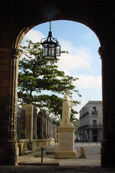 Foto di View through an arch at Plaza de ArmasHavana - Cuba