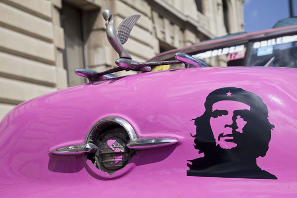 Foto van Looking up the front side of a pink classic car with the image of Che Guevara - Cuba - Amerika