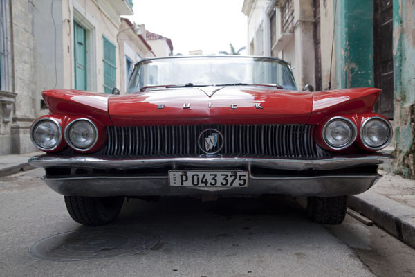 Frontal view of a vintage red Buick | Veicoli d'epoca di L'Avana | Cuba