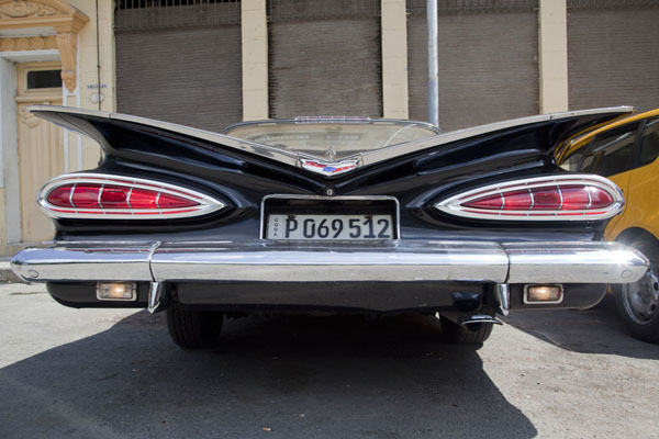 Black Buick car seen from behind | Automobiles de collection de Havane | Cuba