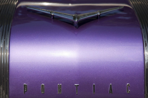 Frontal view of a purple Pontiac | Automobiles de collection de Havane | Cuba