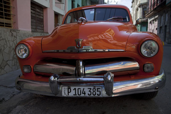 Foto de Cuba (Mercury classic car parked in Havana)