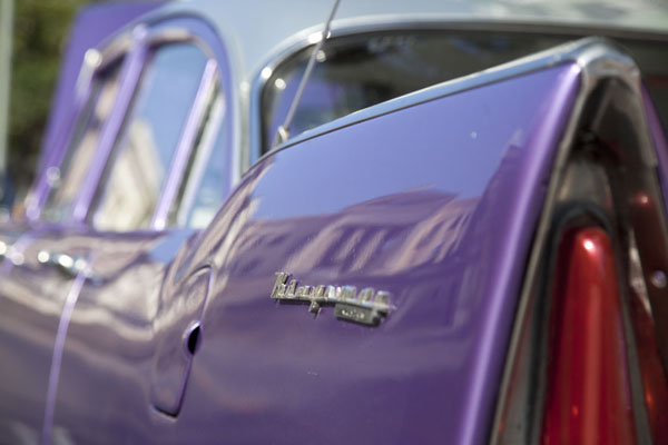Detail of rear end of purple classic car | Automobiles de collection de Havane | Cuba