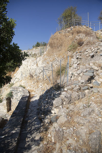 Photo de The old stone wall built by our neolithic ancestors surrounding ChoirokoitiaChoirokoitia - Chypre