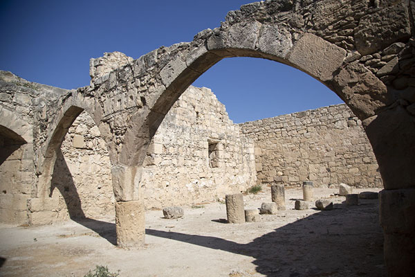 Photo de The arched hall outside Kolossi Castle - Chypre - Europe